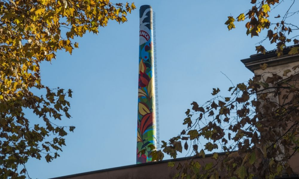 Una ciminiera colorata per raccontare il senso dell'interdipendenza
